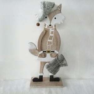 Liška dřevěná s čepicí na podstavci 30cm